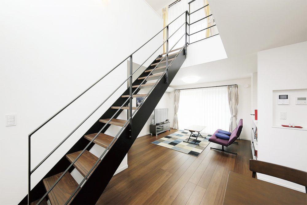 趣味を楽しむ書斎、吹抜け階段のある家