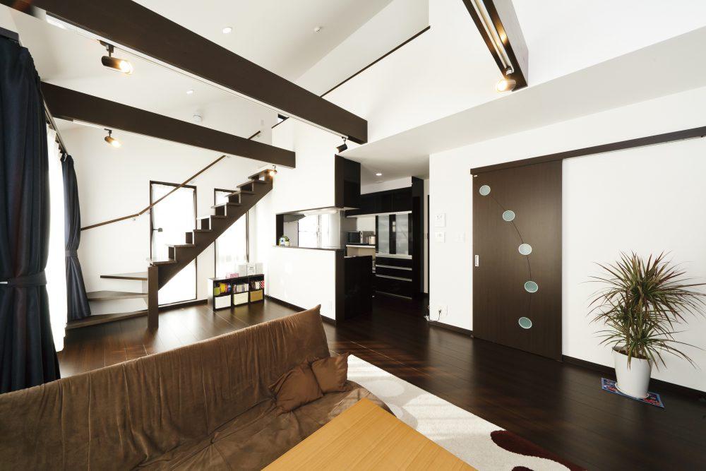 シックな色使いと天井高の明るい家