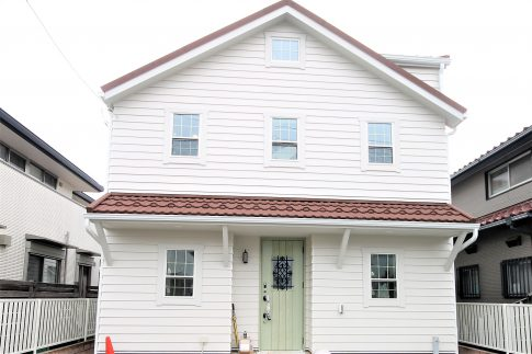 洋風な白い家