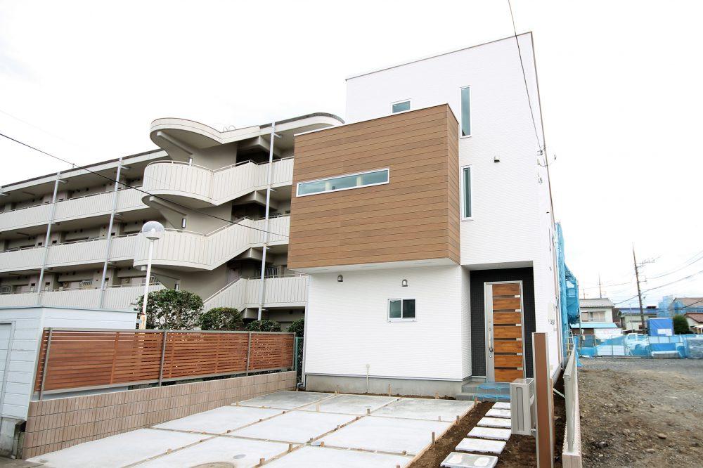 三階建てのような二階建ての家