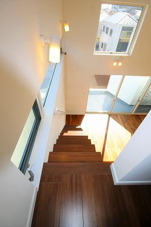 2階リビングのバルコニーから緑を眺める家