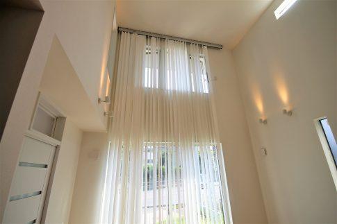 大きな窓から光が差し込む家