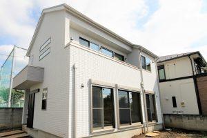 白い階段の家