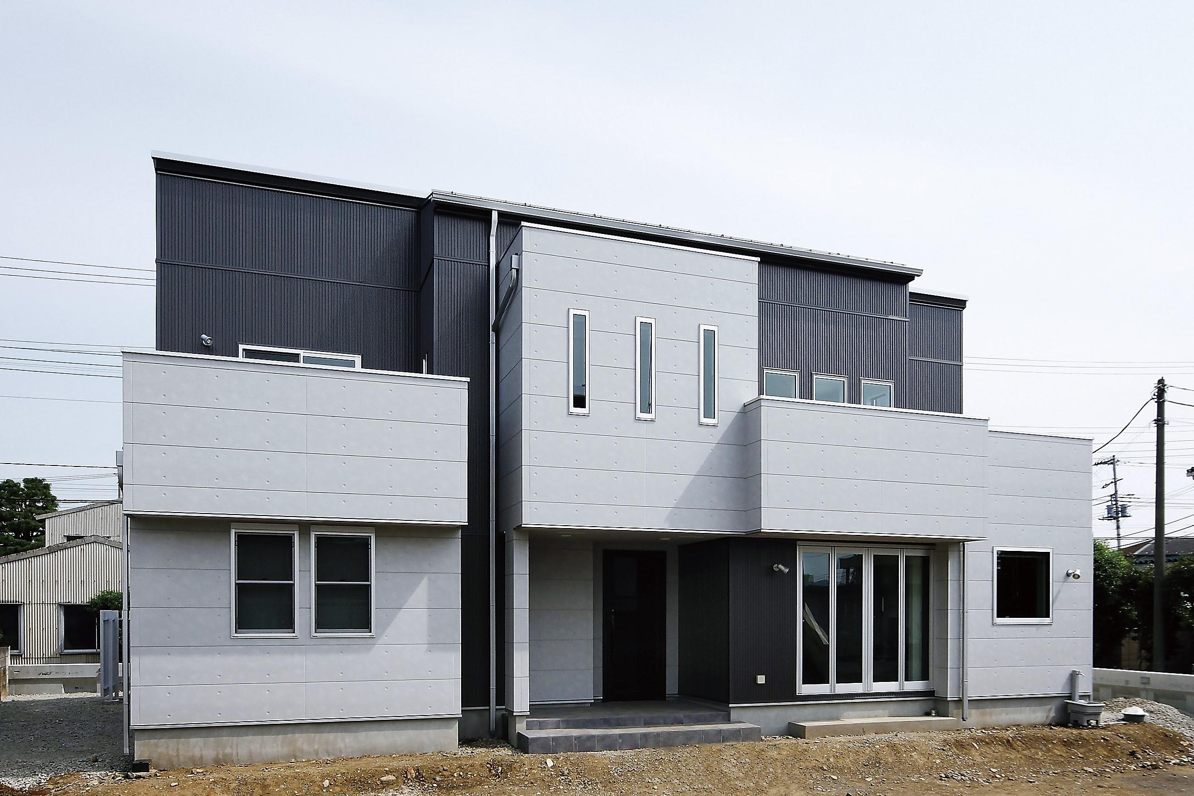 黒と白のコントラスト、吹抜けの光が旋律を奏でる家