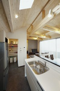 お店のようなキッチンと天井空間の家