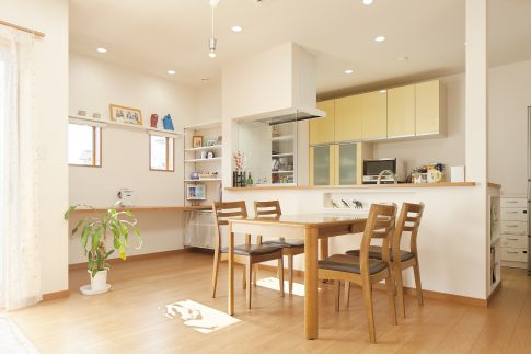 ウッドデッキで家族と過ごす、広々とした明るい家