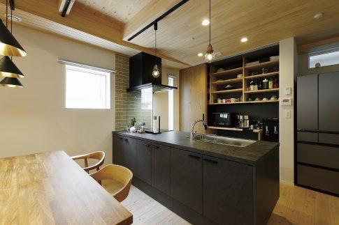 無垢材によって生まれる高級感と安心感のある家